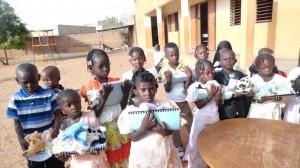 les-enfants-du-jardin-denfants-ont-des-cadeaux-1024x576